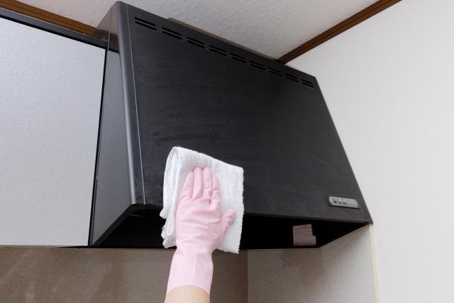 レンジフードの掃除で油の落とし方やおすすめの洗剤は?掃除しやすくするには?